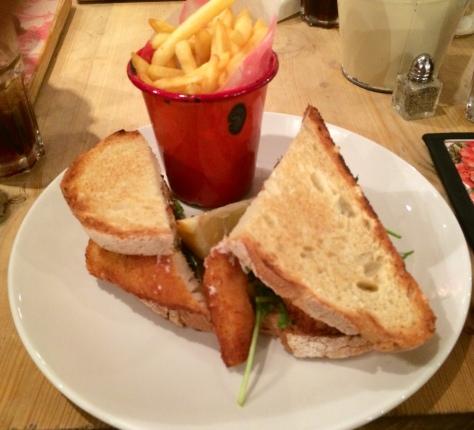 Sandwich de fingers de bacalao con salsa tártara
