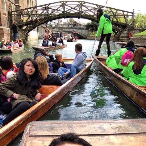 El Mathematical Bridge desde el río en hora punta.