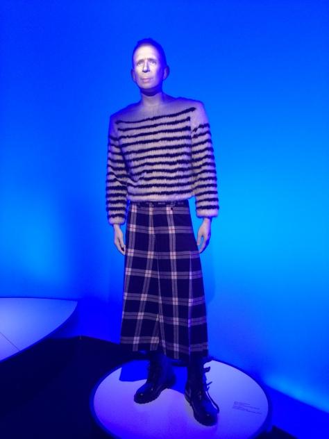 Un Jean Paul Gaultier virtual es el encargado de darte la bienvenida a la exposición.