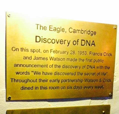 Placa en la mesa donde se anunció el descubrimiento del ADN.