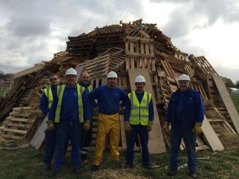 El Ayuntamiento de Cambridge ha publicado esta foto de trabajadores montando la hoguera de esta noche.