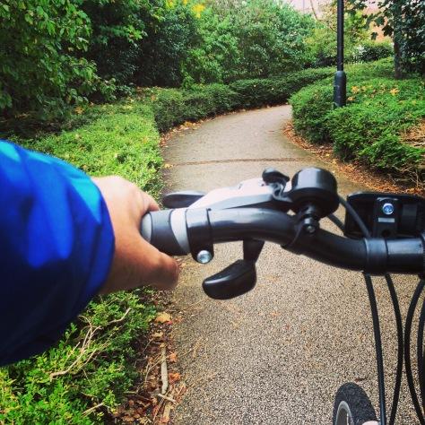 Muchas vías en la ciudad son especialmente accesibles en bici o a pie.