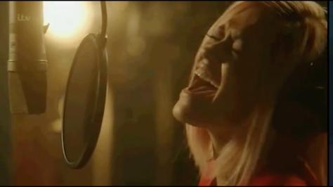 Rita Ora es otra de las intérpretes de esta nueva versión.