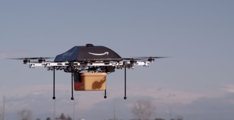 Uno de los drones de Amazon en pleno reparto.
