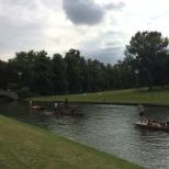 Las instalaciones llegan hasta el río que se puede cruzar por el King's College Bridge.