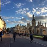 El College desde King's Parade, una de las calles más representativas de Cambridge.