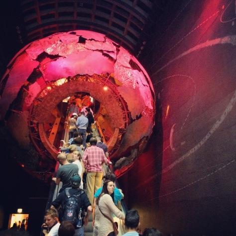 La entrada al Museo es un auténtico viaje al centro de la Tierra.