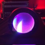 Infinity Clock, uno de los gadgets que se pueden ver en la carpa.