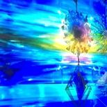 Un caleidoscópico móvil colgante refleja estos efectos de luz en The Light Hub.