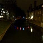 Luces que se reflejan en el río desde el Mathematical Bridge.