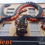 Más es más en las fachadas de los comercios en Camden.