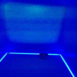 Habitación azul con proyecciones.