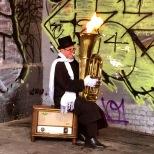 Artistas callejeros animan la zona, incluso con un poco de fuego para calentar el ambiente .