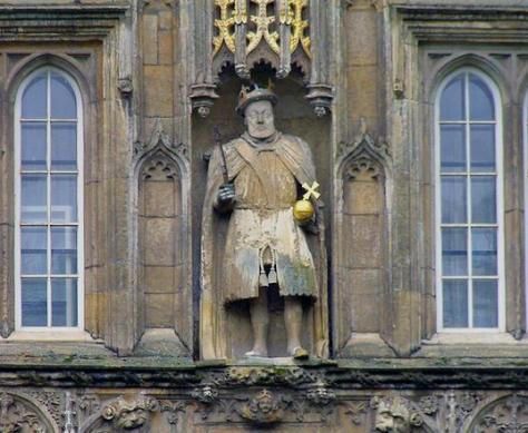 Enrique VIII más profesor que guerrero en la puerta del Trinity College.