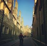 Trinity Lane y su hilera de chimeneas de ladrillo.