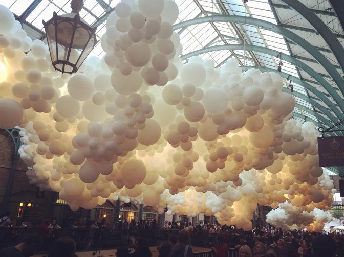 Covent Garden Market invadido por 100.000 globos blancos